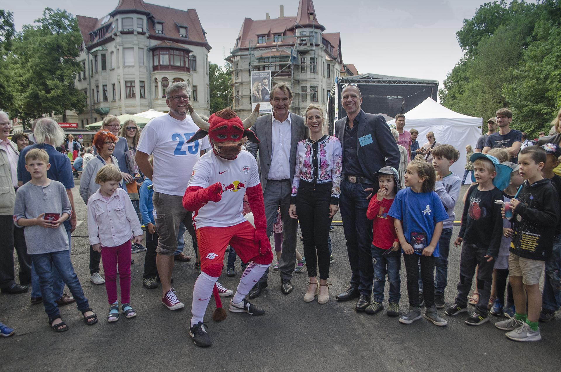 25. Großes Funkenburgfest, v.l.n.r.: Moderator Andreas Hahn, Bully, Leipzigs Oberbürgermeister Burkhard Jung mit Frau Ayleena, Vorstandsvorsitzender Jörg Wildermuth (vorn)