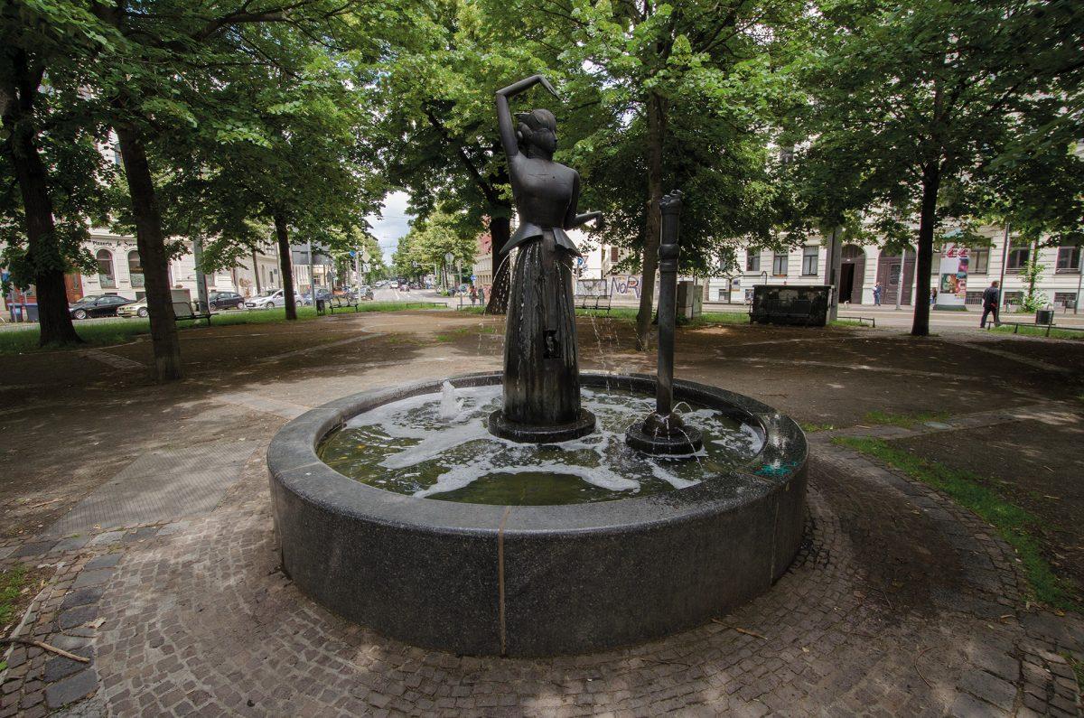 Brunnenfigur Tänzerin, Waldplatz Leipzig; Foto: Andreas Reichelt