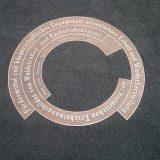 Bronzeplatte erinnert an die Wiederherstellung des historischen Erscheinungsbildes