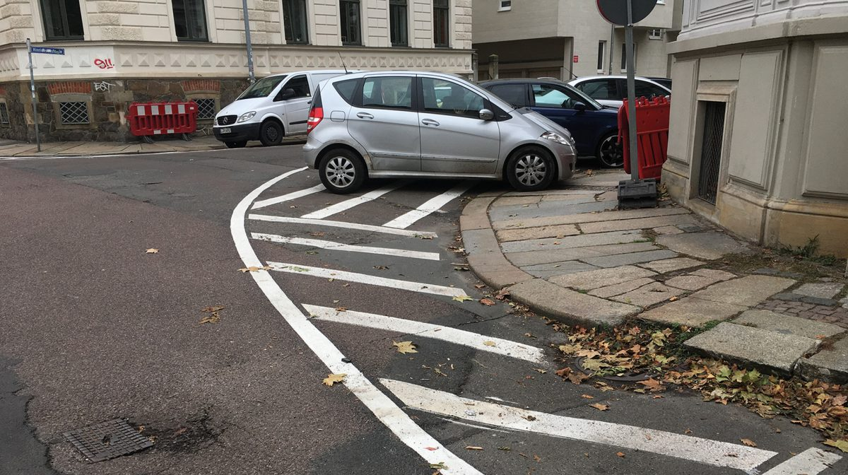 Die neuen Markierungen an den Kreuzungsbereichen in der Hinrichsenstraße; Foto: Jörg Wildermuth