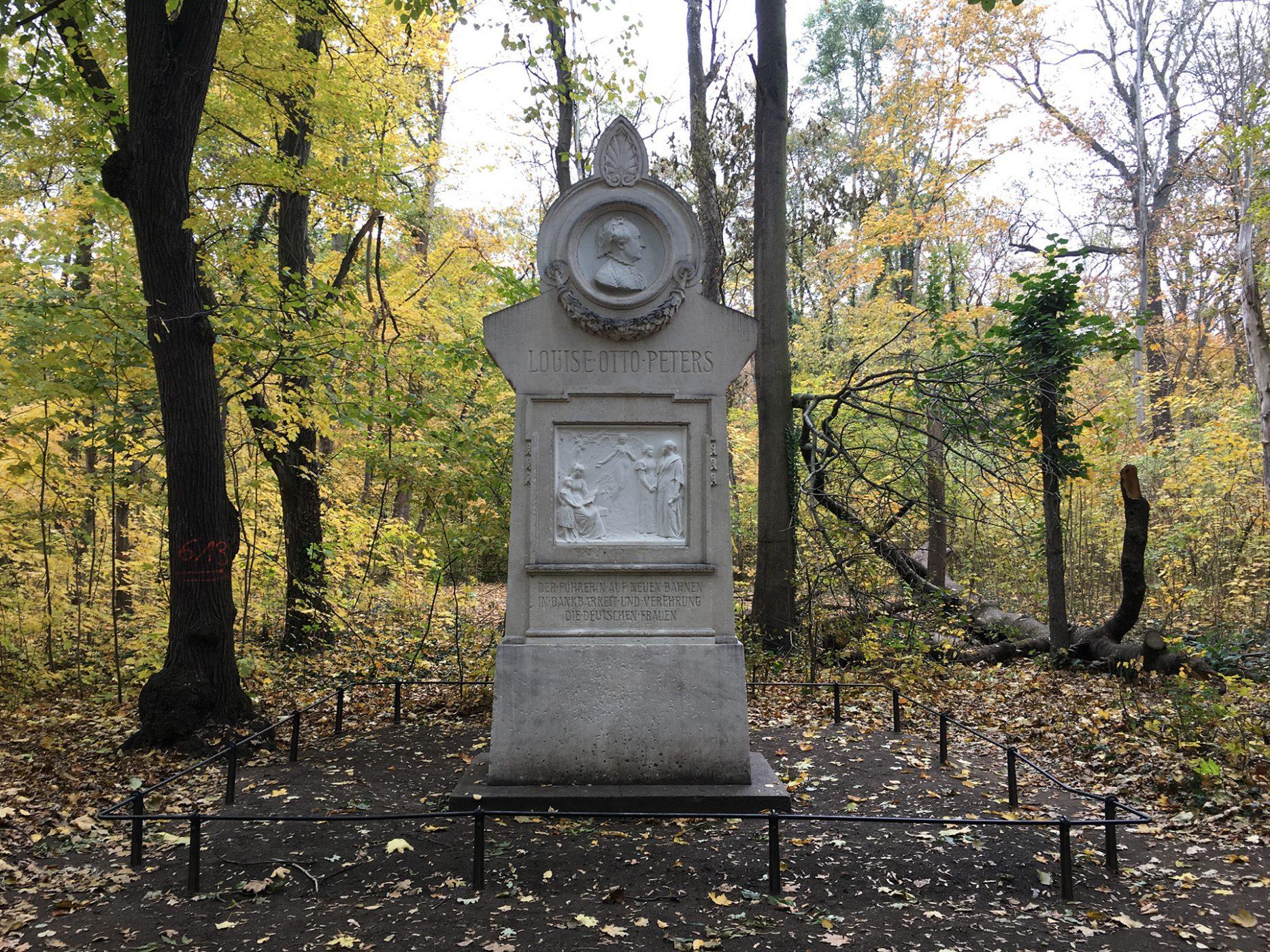 Das Louise-Otto-Peters-Denkmal wurde 1900 am Alten Johannisfriedhof eingeweiht und kam beim Bau des Grassimuseums ins Rosental; Foto: Maria Geißler