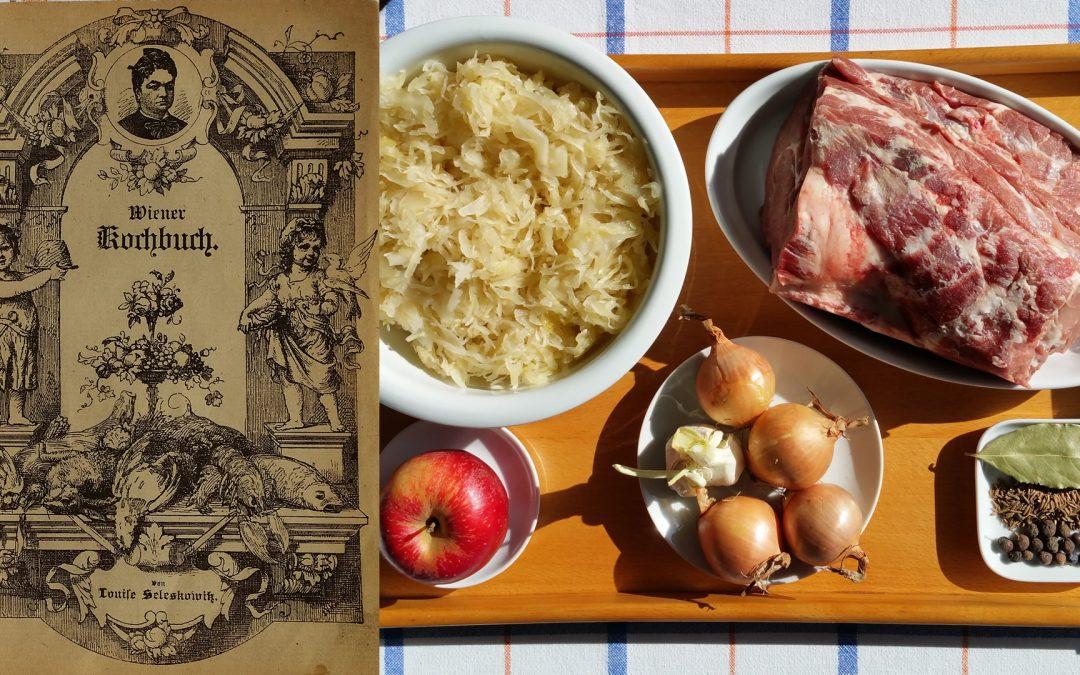 Österreichische Küche: Schweinebraten mit Sauerkraut und Semmelknödeln